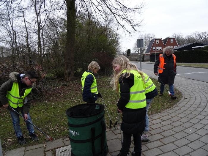 Opruimen zwerfvuil door leerlingen Gildeschool en buurtbewoners Vegtelarij